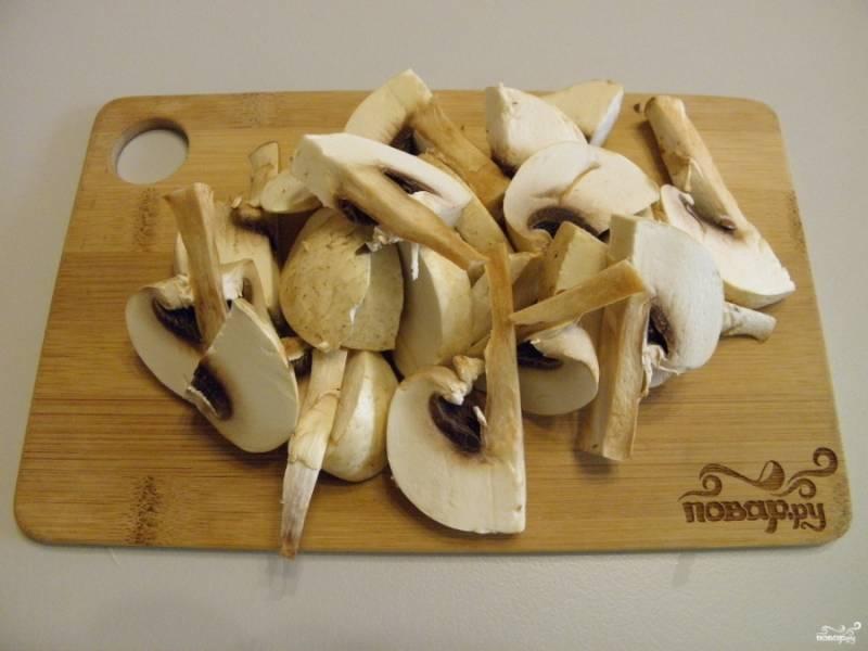 Теперь переходим к соусу. Грибы вымойте и порежьте небольшими кусочками, обжарьте их на растительном масле до мягкости.