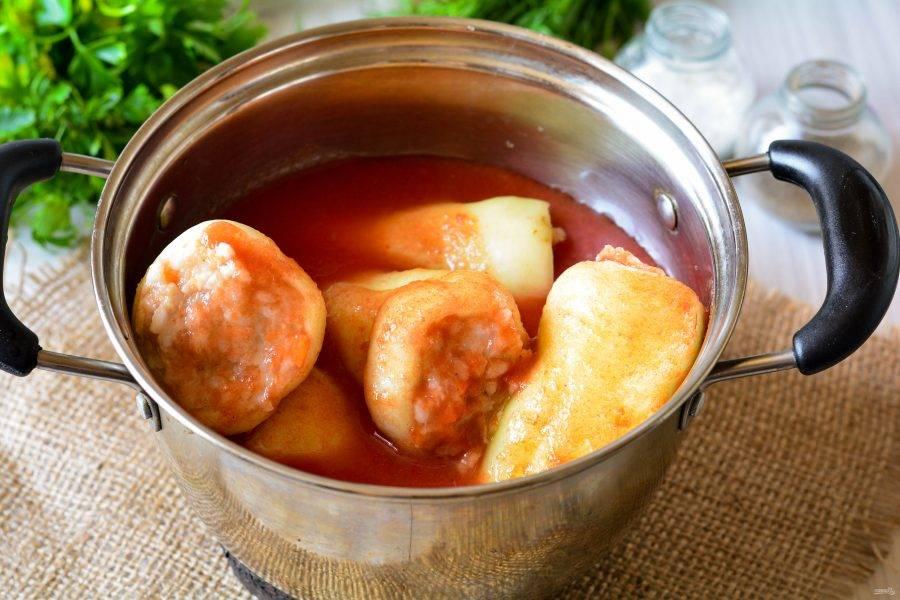 Залейте перец томатным соком, чтобы жидкость полностью покрывала овощи. Чем больше сока, тем более сытным получится блюдо. Сок можно слегка подсолить. Поставьте кастрюлю на огонь, чтобы сок закипел.