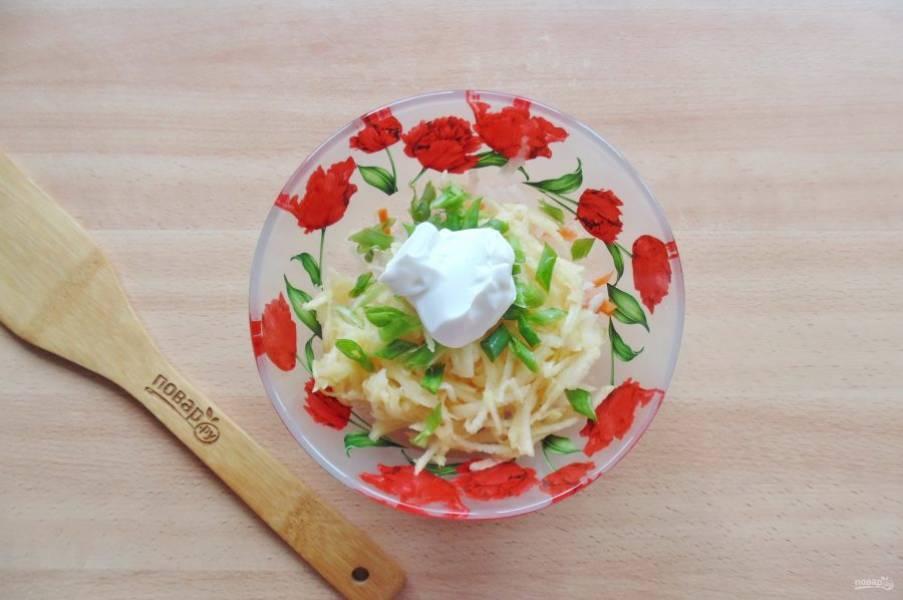 Салат посолите по вкусу и заправьте сметаной.