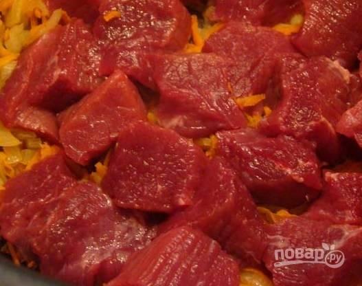 """5. Когда лук и морковь начнут приобретать золотистый оттенок - отправляем к ним нарезанную говядину, перемешиваем и жарим (на сковороде минут 10) в мультиварке в режиме """"Жарка"""" около 10 минут."""