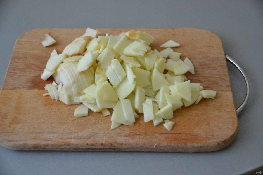Яблоки очистите и порежьте их на тонкие пластинки.