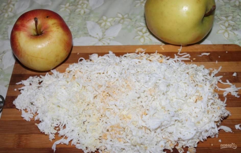 8.Отвариваю яйца и остужаю, из двух вынимаю желтки для украшения, а все остальное измельчаю на мелкой терке.