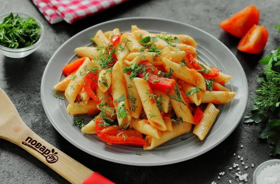 Готовые макароны с овощами подавайте самостоятельно или в качестве гарнира, украсив свежей зеленью. Приятного аппетита!