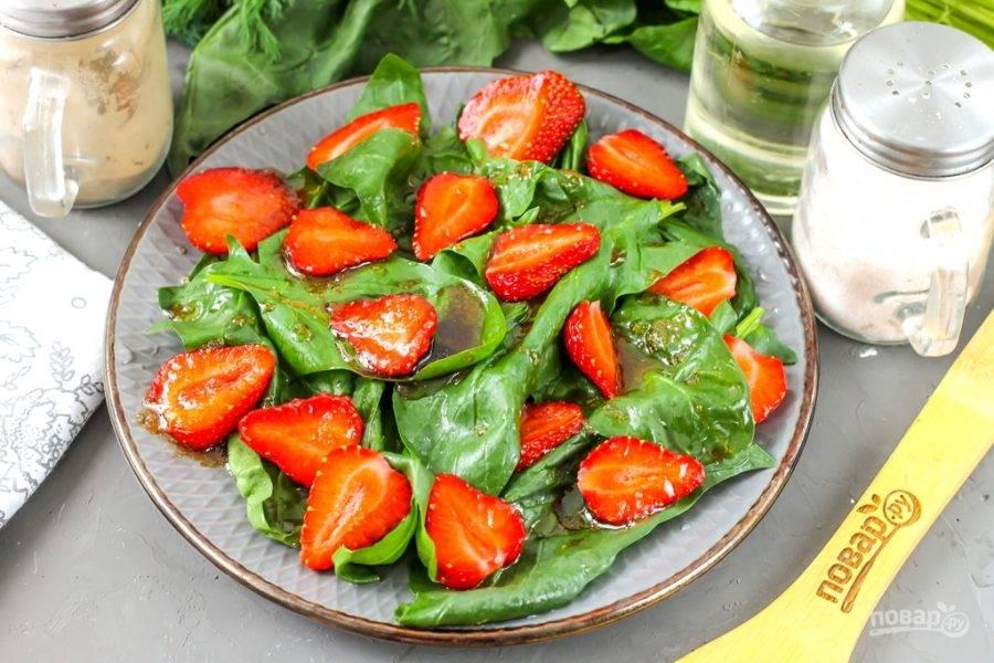 Полейте приготовленной заправкой все ингредиенты на тарелке.