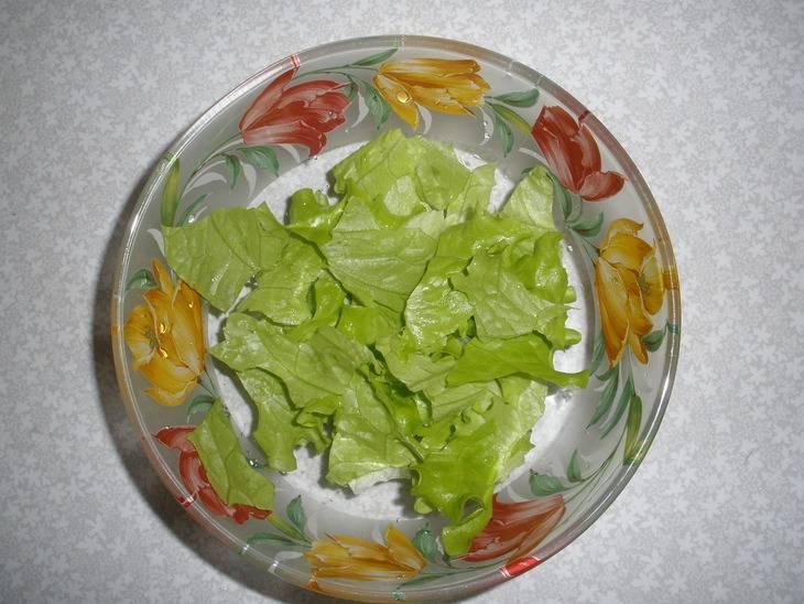 Листья салата разрываем на куски произвольного размера.
