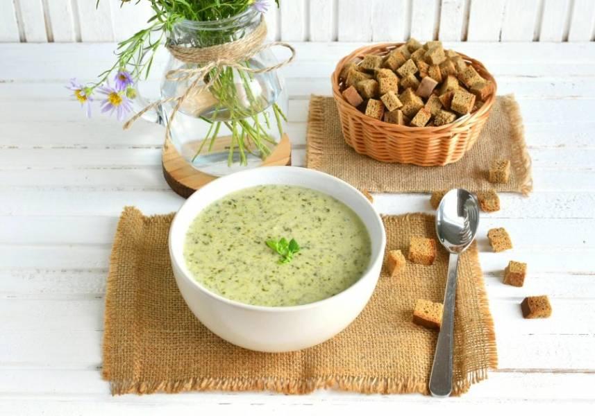 Дайте супу настояться минут 5-7 и подавайте непременно с сухариками. Приятного!