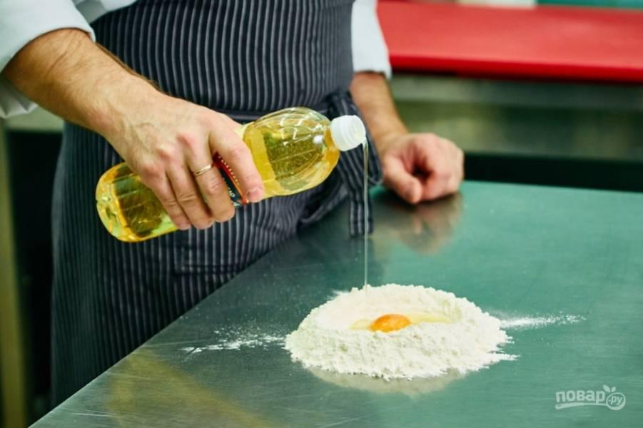 1.Сперва приступаю к приготовлению домашней лапши: на поверхность стола просеиваю муку, по центру делаю углубление и вбиваю туда яйцо, насыпаю немного соли и столовую ложку подсолнечного масла.