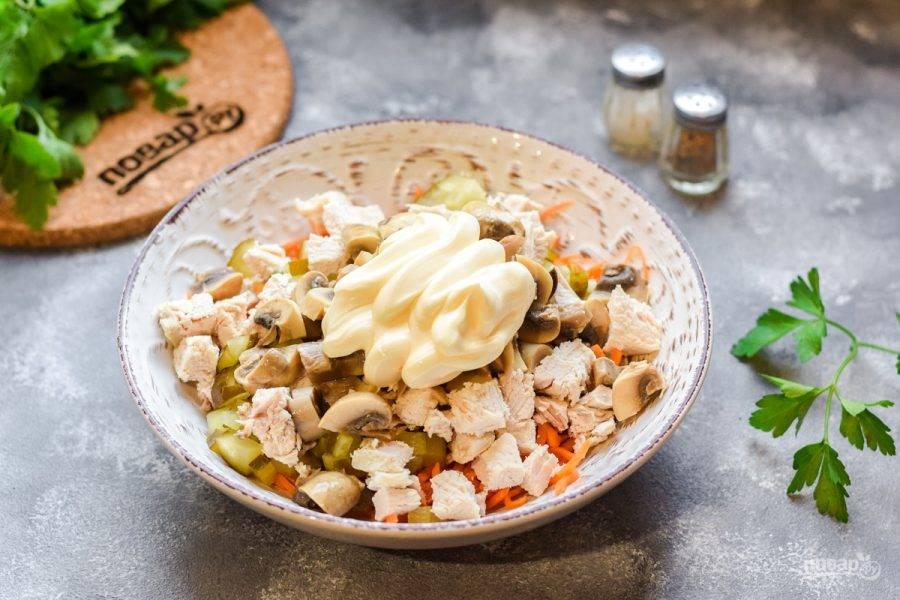 Заправьте салат майонезом, добавьте соль и перец по вкусу. Перемешайте салат и подавайте к столу.