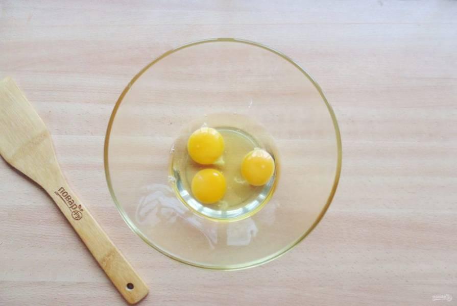 Яйца разбейте в глубокую миску.