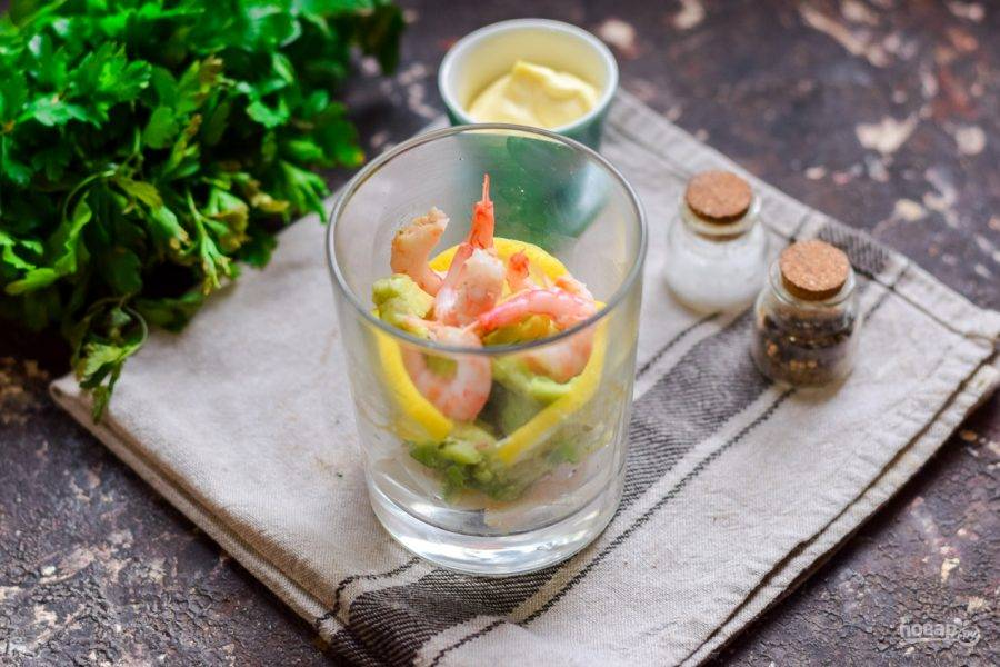 Креветки отварите заранее пару минут, очистите и добавьте в салат.
