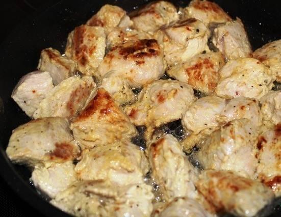 2. Порезанные картофель, морковку и перец равномерно распределим по горшочкам. Индейку по истечении срока обжарим на растительном масле со всех сторон.