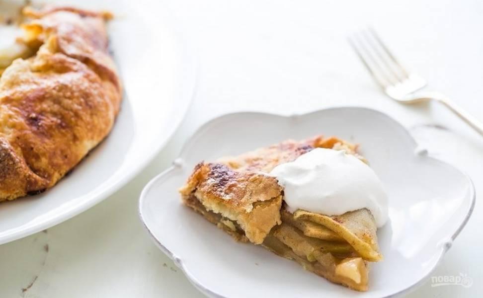 8. Подавайте пирог на стол со взбитыми сливками.