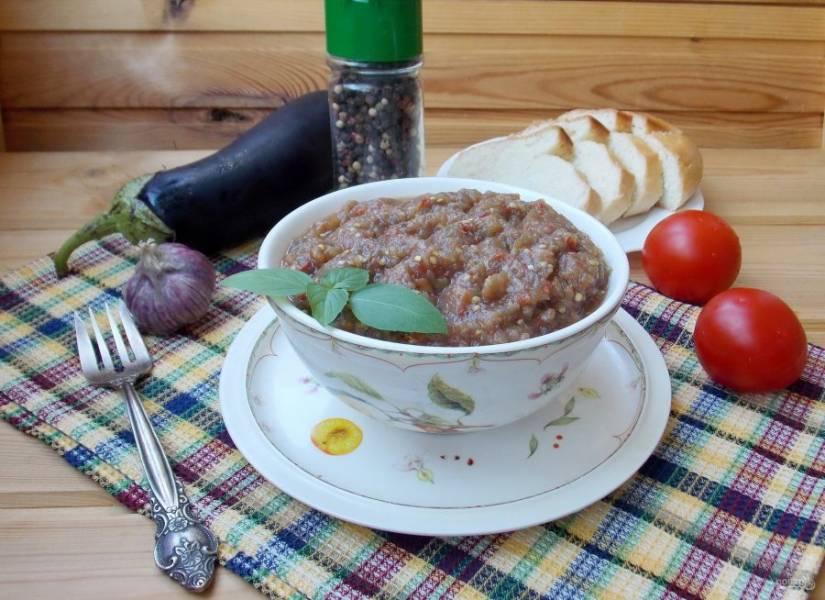 Баклажанная икра по домашнему рецепту готова. Подавайте на закуску со свежим хлебом или гренками. Приятного аппетита!