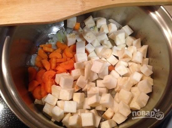 2. Добавляем нарезанную полу кольцами морковь и сельдерей, нарезанный кубиками. Обжариваем минуты 3-4.