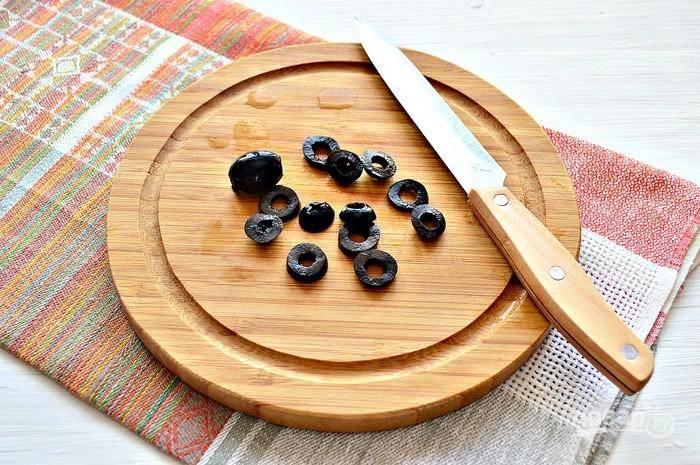 7. Измельчите немного оливки или маслины.