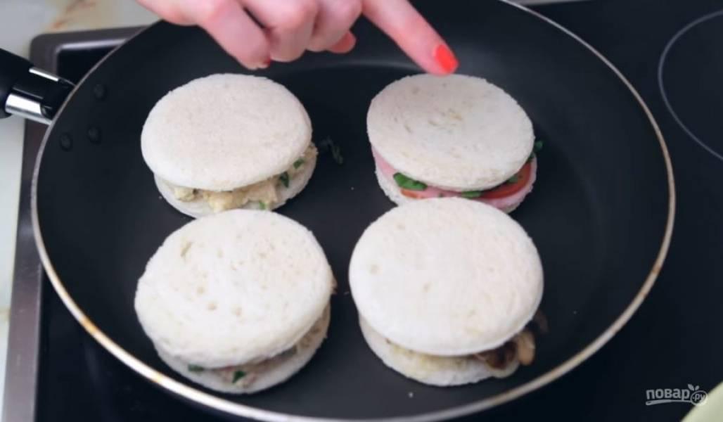 6. На второй тост выложите куриную начинку, на третий — рыбную, на четвертый — сыр со сливочным маслом, кусочек колбасы, несколько ломтиков помидора и петрушку.
