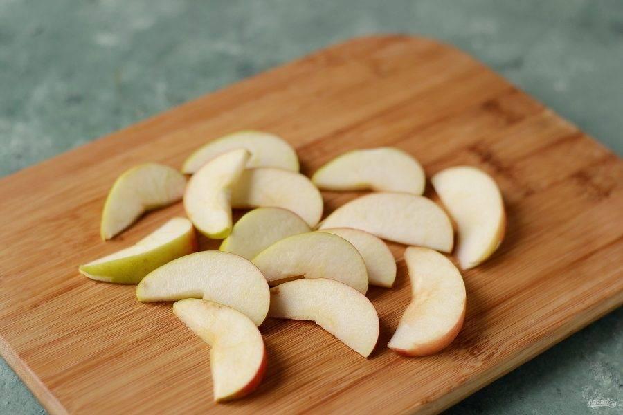 Нарежьте яблоки тонкими дольками.