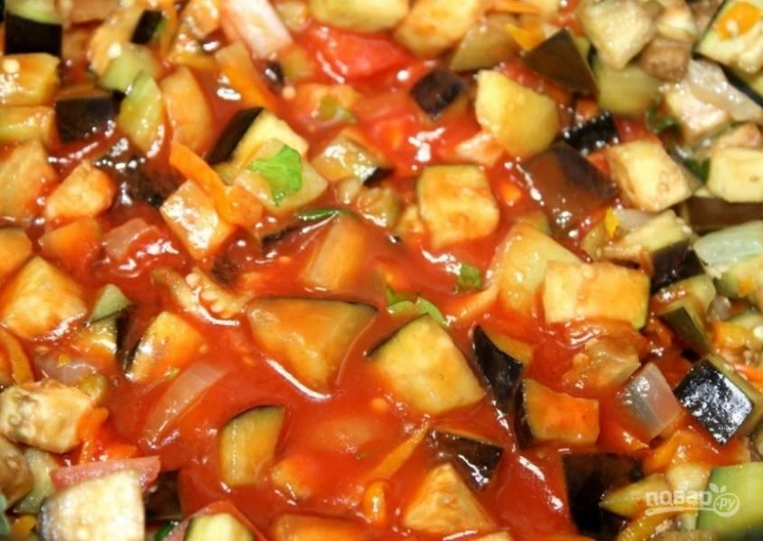 5. В последний момент вводим томатную пасту. Жарим и помешиваем, а после добавляем немного воды и тушим около 30 минут при закрытой крышке. За 15 минут до готовности добавляем чеснок.