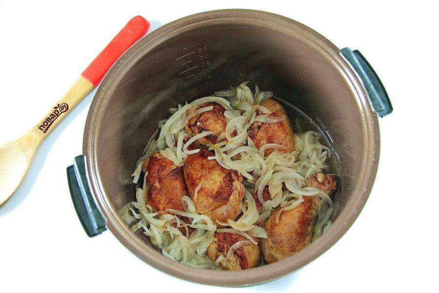 Добавьте к обжаренной курице лук и налейте примерно стакан воды.