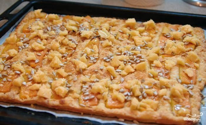Посыпаем пирог тертым сыром и семечками, ставим в духовку еще на 5 минут. Достаем, остужаем и подаем! :)