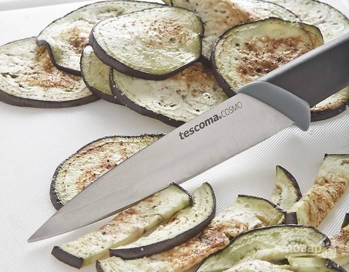 3.Приготовьте баклажаны: вымойте их, высушите, удалите плодоножки и нарежьте ломтиками около 1/2 см толщиной, а затем обжарьте на горячей сковороде без масла или на гриле. Баклажаны присолите, нарежьте соломкой, добавьте в салат, все перемешайте.