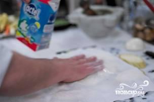 Чтоб убрать горечь баклажанов, накрываем овощи бумажным полотенцем или салфеткой, сбрызгиваем молоком, хорошо прижимаем и даем полежать баклажанам в таком виде около 10 минут. Они должны будут пустить сок, который потом нужно будет удалить, протерев каждый кусочек.