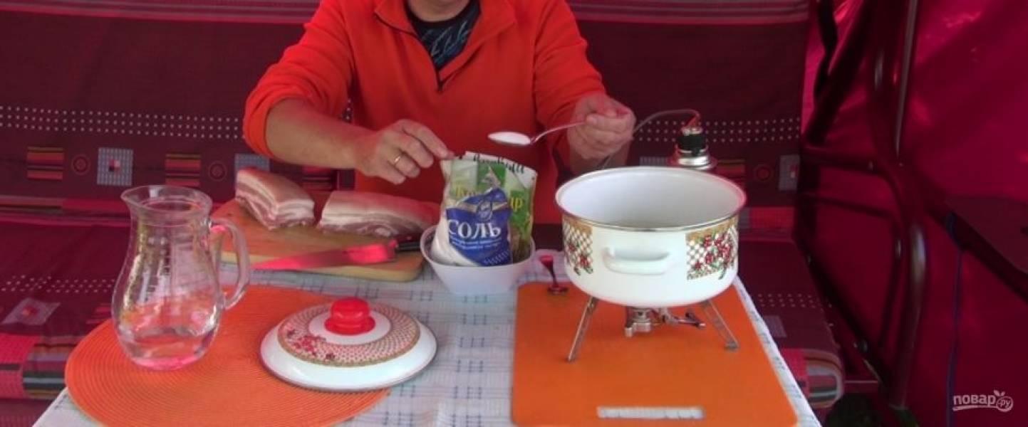 Добавьте в воду: 100 г.соли, 0,5 ложки молотого кориандра, 10 горошин черного перца, 2 лавровых листа. Поставьте маринад на огонь, доведите до кипения. На малом огне прокипятите в течение 3 минут.