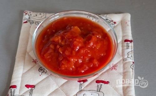 5. С томами в собственном соку все просто, а вот со свежими придется немного повозиться. Обдайте их кипятком, очистите от кожицы, а после нарежьте мелко и выложите на сковороду на пару минут.
