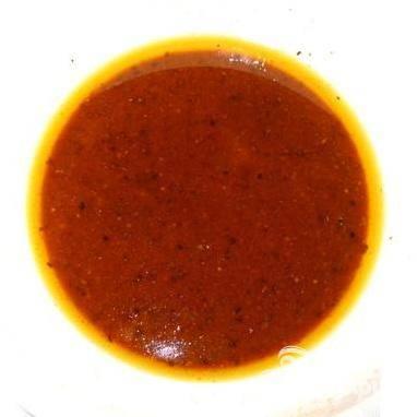 2.Займемся приготовлением маринада. В салатнице смешиваем соевый соус, масло, мед, сок лимона, жгучий красный перец, гвоздику, черный перец и соль.