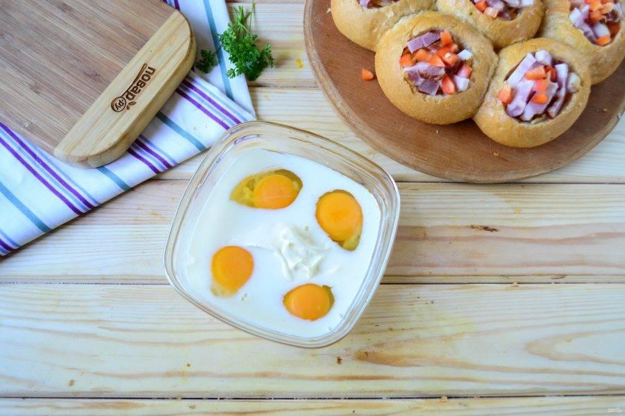 Для заливки смешайте яйца с молоком и майонезом, слегка посолите и добавьте щепотку перца (можно паприки). Хорошенько все перемешайте с помощью ручного венчика или миксера.