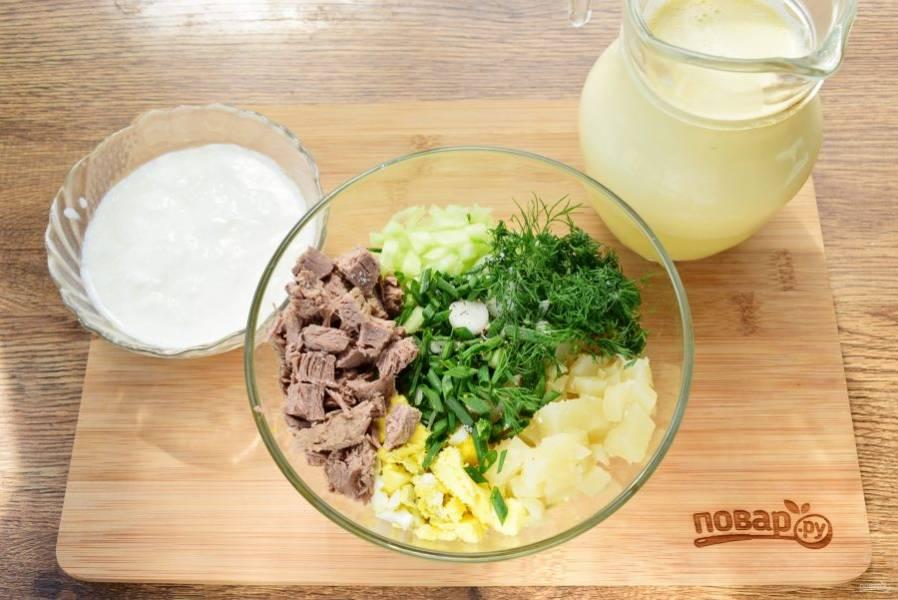 Мясо, картофель, яйца, огурцы нарежьте мелкими кубиками, зелень и лук измельчите.