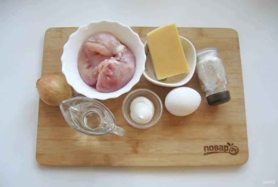 Подготовьте ингредиенты для приготовления салата. Яйца сварите вкрутую.
