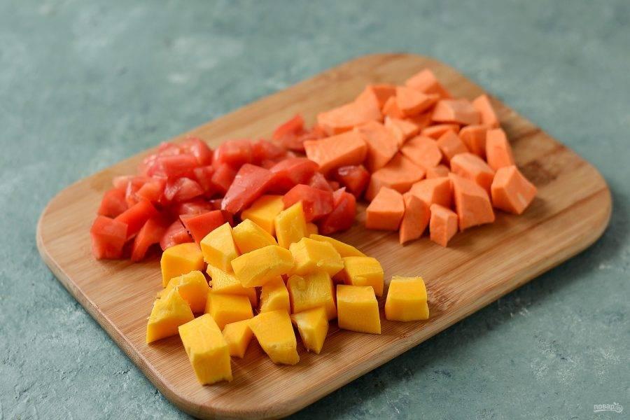 Батат, тыкву и помидоры нарежьте кубиками среднего размера.