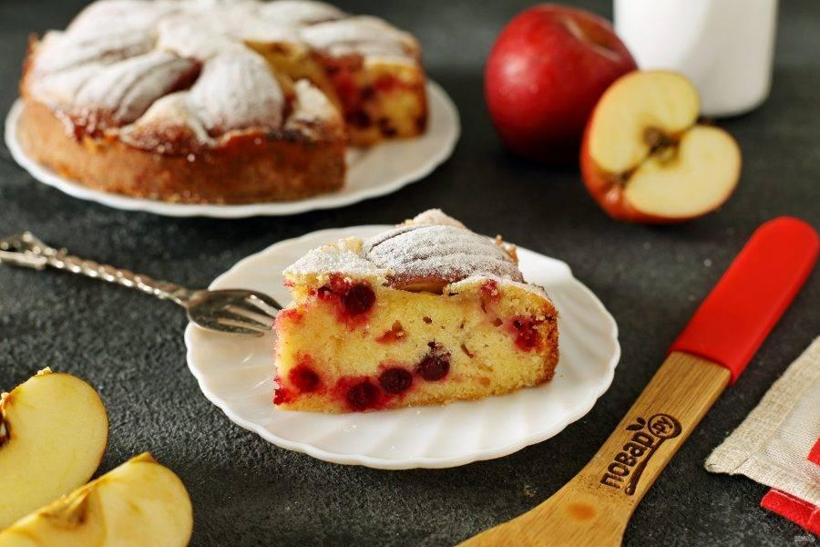 Бретонский пирог с клюквой и яблоками готов. По желанию посыпьте пирог сахарной пудрой. Приятного аппетита!