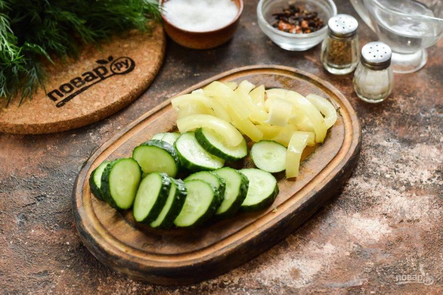 Сладкий перец вымойте и просушите, удалите перегородки и семена. Нарежьте перец полосками. Свежие огурцы ополосните и просушите, нарежьте кружочками.