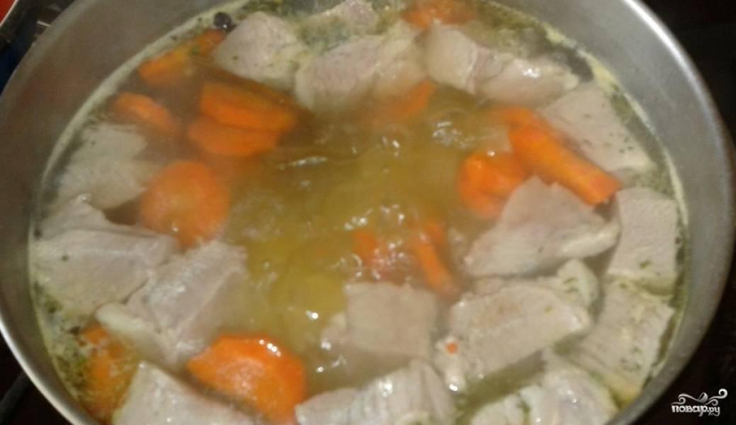 Добавляем овощи в бульон, возвращаем назад мясо. Кладем лавровый лист и специи. Перемешиваем и варим еще 20 минут.