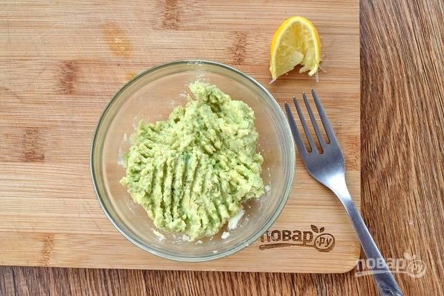 Для гуакамоле мякоть авокадо разомните в пюре и соедините с лимонным соком, чесноком, солью, оливковым маслом (1 ст. л.).