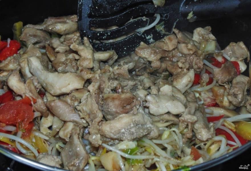 3. На отдельной сковороде на сильном огне быстро обжарьте мясо, не до готовности, но чтобы появилась корочка. И отправим его к овощам.