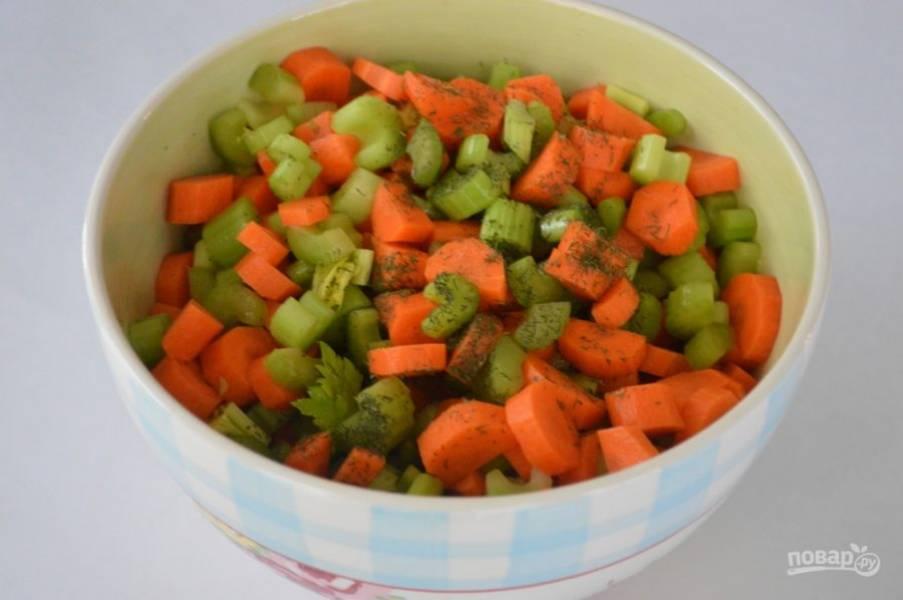 К овощам добавляем масло и лимонный сок, щепотку соли и перца по вкусу. Измельчаем петрушку или другую зелень.