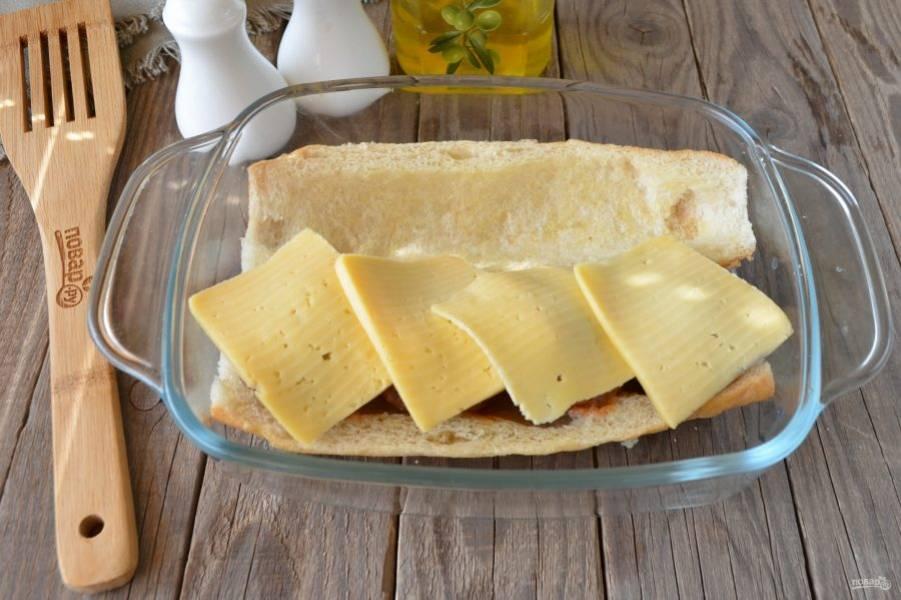 Накройте каждую фрикадельку большим ломтиком сыра. Отправьте в духовку на пару минут, чтобы расплавился сыр.