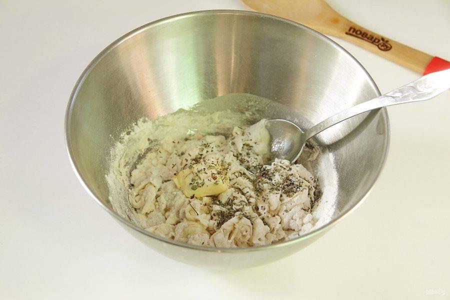 Перемешайте и добавьте мягкое сливочное масло, растительное масло, соль и специи по вкусу.