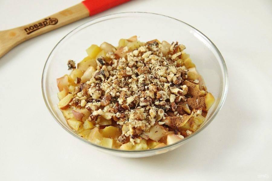 Добавьте сюда же по желанию измельченные грецкие орехи или изюм.