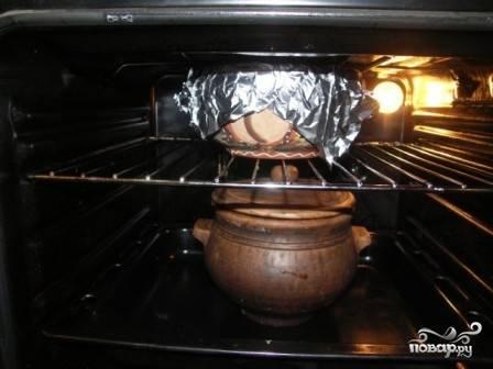 И ставим оба наши горшка в духовку. Включаем на 140-150 градусов, тушим часа 3-4. Периодически заглядывайте к капусте, чтобы в ней был сок и она не пригорела.