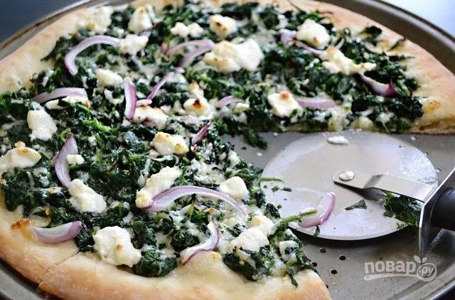 9.Разрежьте сразу пиццу на кусочки и подавайте.