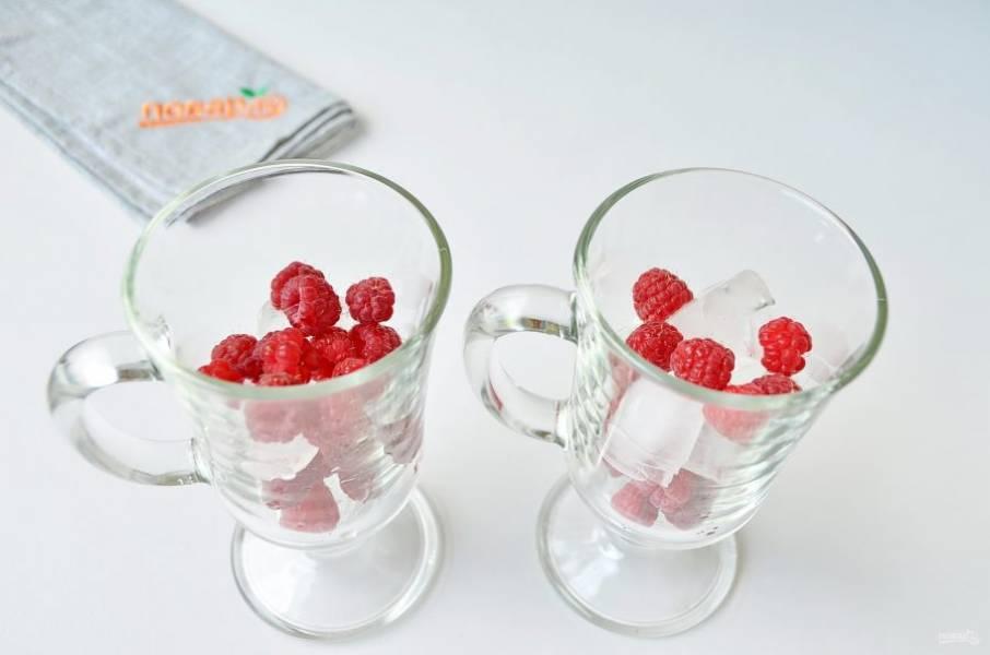 4. В высокие бокалы или стаканы положите лед и малину, чередуя.