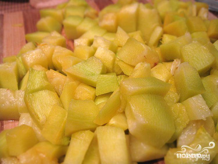 2.В кастрюлю доливаем бульон и воду. Для приготовления бульона можно использовать бульонные замороженные кубики. Затем моем и очищаем от кожуры картофель, нарезаем его, и добавляем в кастрюлю. Приготавливаем тыкву, нарезаем большими кубиками и так же бросаем в кастрюлю.
