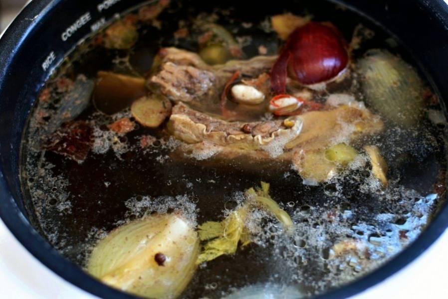 Готовый бульон тщательно процедите через салфетку в кастрюлю. Дальше суп удобнее варить на плите. Сваренную грудинку нарежьте широкими ломтиками, удалив кости.