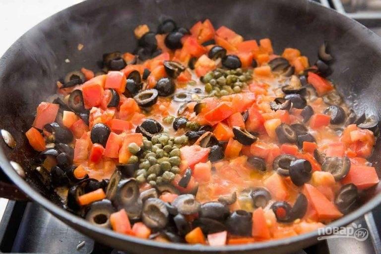 3.Подготовьте оливки, для этого порежьте их пополам. Бросьте в сковороду оливки, каперсы и перемешайте, посолите и поперчите.