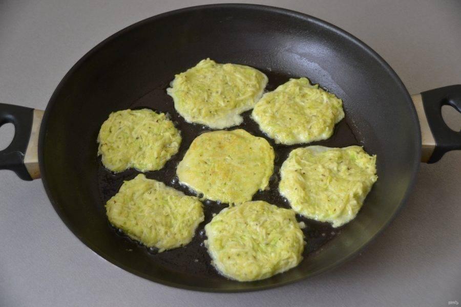 Пожарьте оладьи на сковороде с обеих сторон на растительном масле.