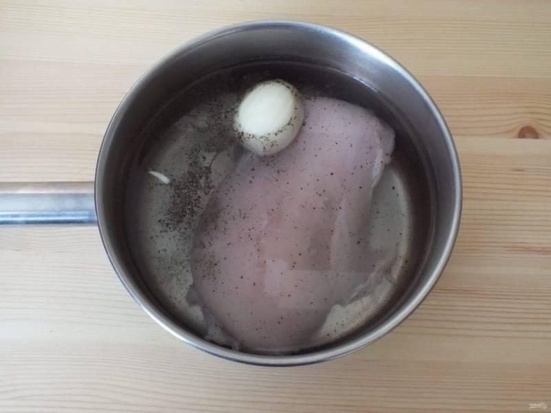 Грудку промойте и поставьте вариться с солью, 1/2 луковицы и черным перцем.